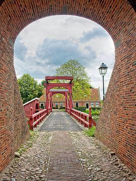 Doorkijkje door de middeleeuws poortje Bourtange van Louis Kreuk