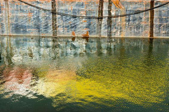 Reflecties in de haven van Rotterdam van Michel van Kooten