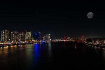 Rotterdam bij Nacht met de Maan van