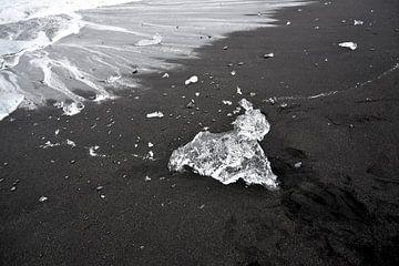 ijs sculptuur kruipt op het strand van ijsmeer Jokulsarlon, Ijsland van Jutta Klassen