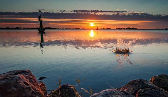 Waterplons tijdens zonsondergang van Martijn van Dellen
