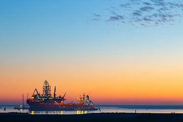 Boot bij de Maasvlakte Rotterdam bij zonsondergang van Renske Breur