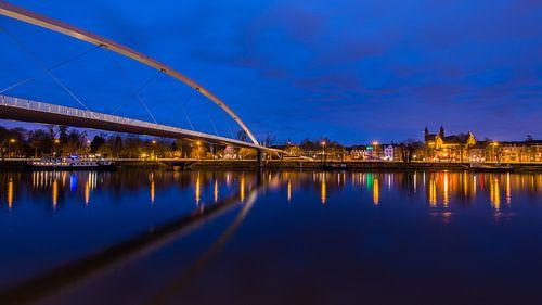 Avondblauw in Maastricht van Bert Beckers