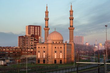 Essalam Moskee in Rotterdam tijdens opkomende zon. van Peter Verheijen
