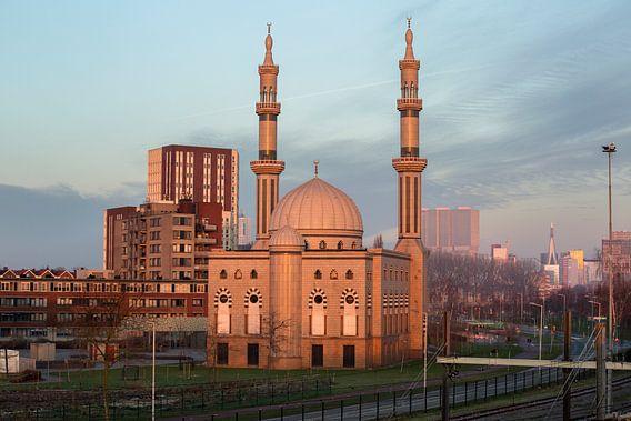 Essalam Moskee in Rotterdam tijdens opkomende zon.