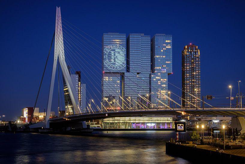 Avondfoto van het Feyenoord logo op De Rotterdam von Mark De Rooij