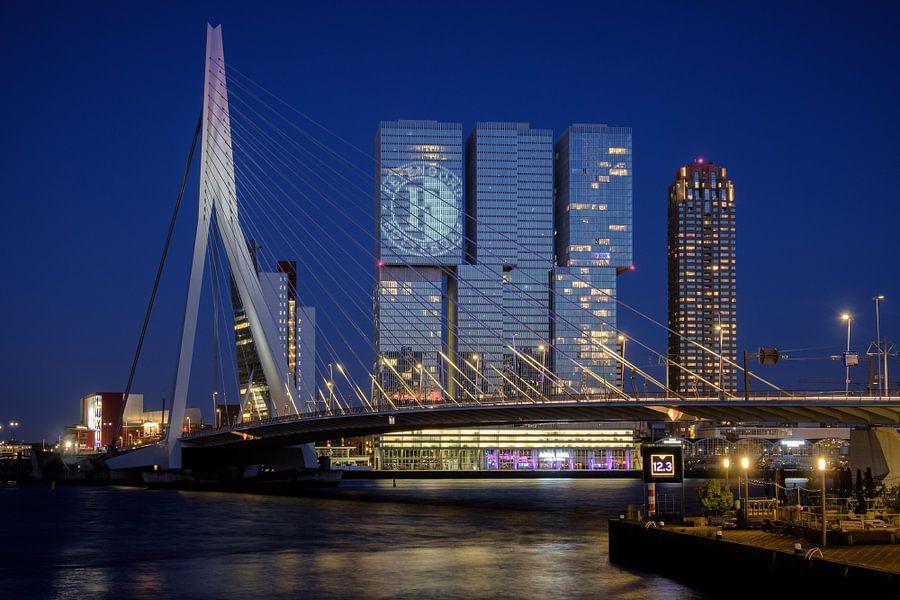 Avondfoto van het Feyenoord logo op De Rotterdam van Mark De Rooij