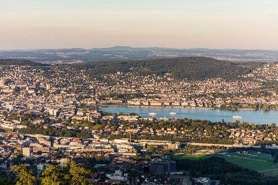 Uitzicht van Uetliberg naar Zürich en het meer van Zürich