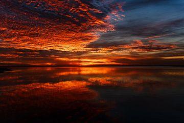 Sonnenuntergang mit Reflexion im Wasser von Bart van Dam