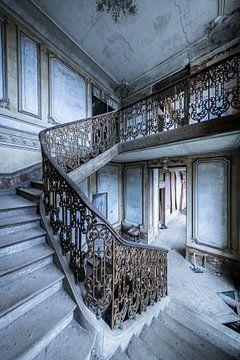 Schönes Treppenhaus in verlassener Villa von Inge van den Brande
