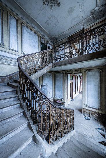 Prachtige trap in verlaten villa van Inge van den Brande