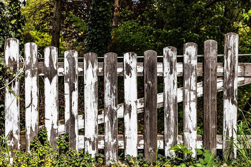 Vieille barrière de clôture usée par le temps sur Frank Herrmann