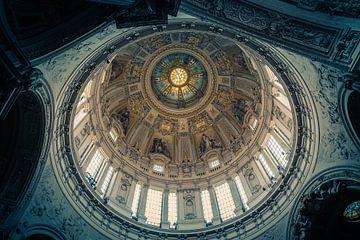 Kerkkoepel vanuit uniek oogpunt.