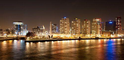 de skyline van Rotterdam in de avond von Rene du Chatenier