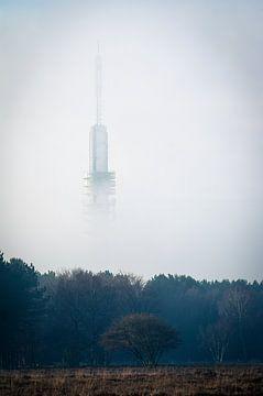 Tour de télévision Hilversum dans le brouillard sur Wolf Schouten