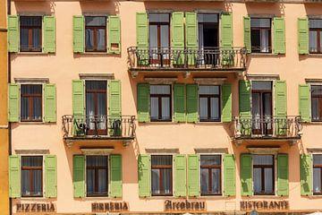 Groene luiken in Riva di Garda van Ed de Cock