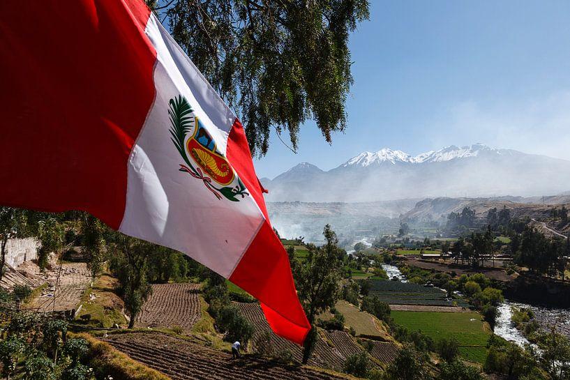 Arequipa, Pichu Pichu vulkaan en vlag, Peru, Zuid Amerika van Martin Stevens