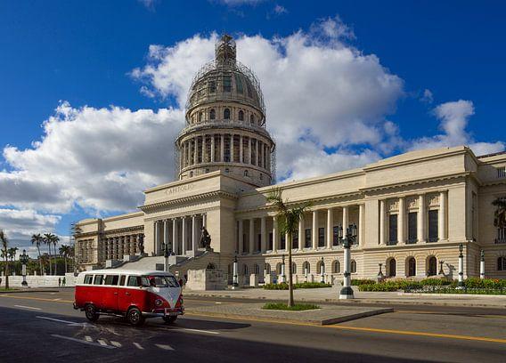 Cuba, Havana. Capitolio met ervoor een klassieke Volkswagen bus (T2).