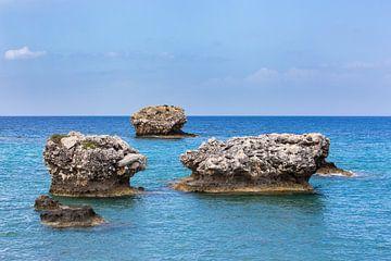Drie solitaire rotsen in blauwe griekse zee van Ben Schonewille