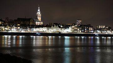 Stevenstoren en Waalkade bij nacht Nijmegen van Gerard van der Vries