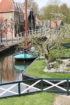 Boot in de gracht met brug van M Ravensbergen
