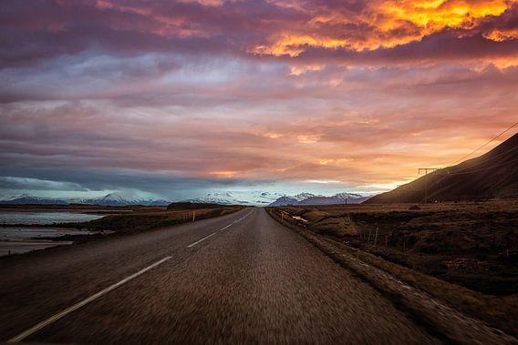 Roadtrip IJsland tijdens zonsondergang van Chris Snoek