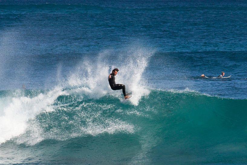 Een surfer in Margret River van Brenda Reimers