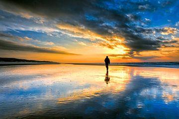 strandwandeling met zeezicht op het strand tijdens een zonsondergang. van eric van der eijk