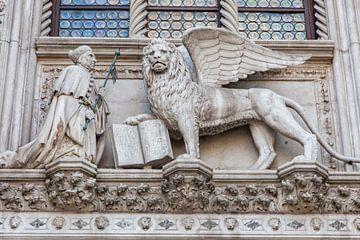 Wapen van de stad boven ingang Dogenpaleis in centrum Venetie, Italie van Joost Adriaanse