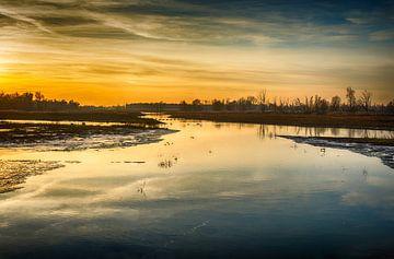 Kleurrijke zonsondergang in Nederlands natuurgebied van Ruud Morijn