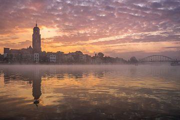 Zonsopkomst in Deventer met mist von Edwin Mooijaart