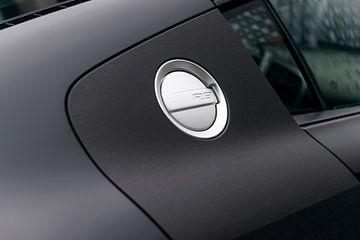 Audi R8 met donkere matte lak en tankdop van