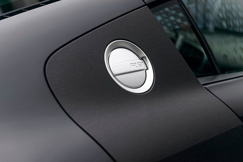 Audi R8 met donkere matte lak en tankdop
