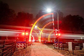 Vorbeifahrender Zug am Bahnübergang von Sterkenburg Media