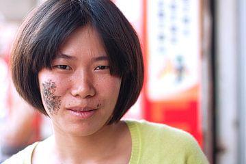 Portret van Chinese vrouw met litteken von André van Bel