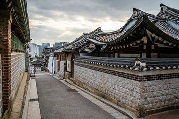 Straße in Bukchok, Seoul, Südkorea von Mickéle Godderis
