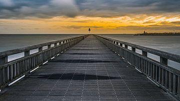 Een zonsondergang bij de pier van Calais van Jan Hermsen