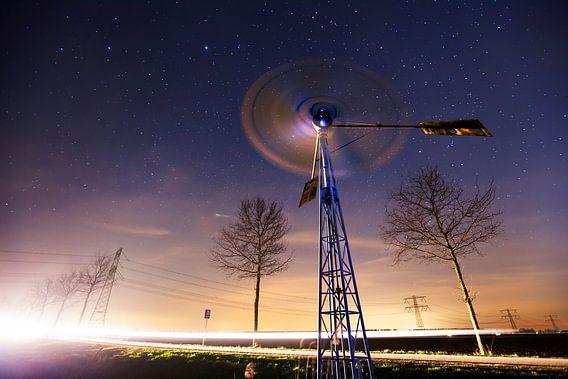 Landschap bij Nacht in de Polder met Molen onder de Sterren, Dordrecht, Nederland  van Frank Peters