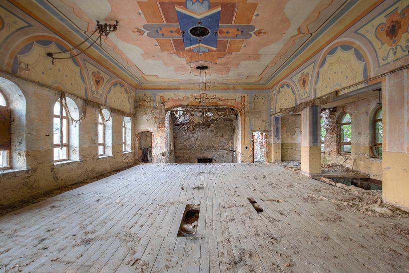Bunter Ballsaal im Verfall von Kristof Ven