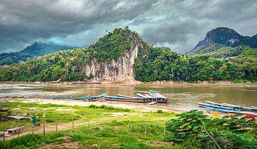 Bootjes bij de Pak Ou grot, Laos van Rietje Bulthuis