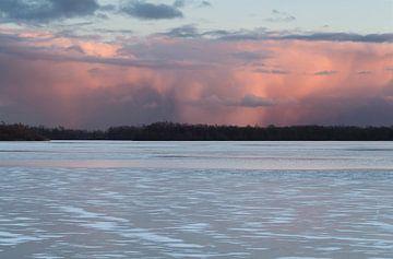 Dreigende wolkenlucht boven bevroren Hoornsemeer van Sandra de Heij