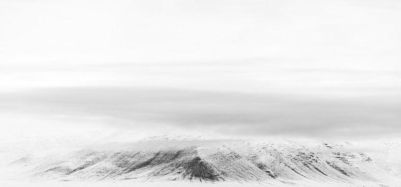 Snowy mountains van Claudia van Zanten