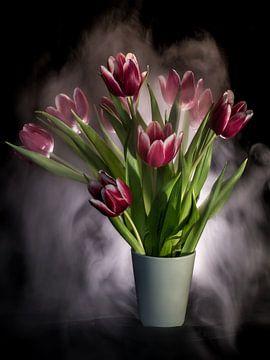 Tulpenstillleben in Nebel gehüllt von Marjolijn van den Berg