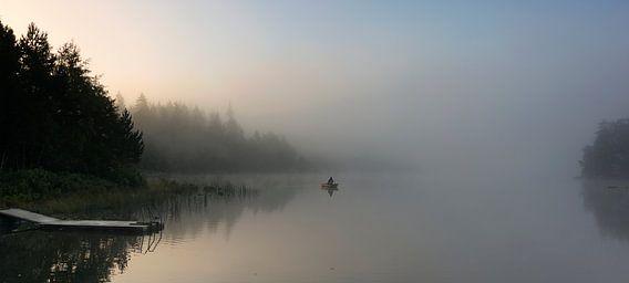 Mistige ochtend met eenzame visser
