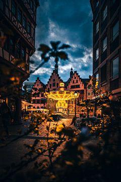 De Römer in Frankfurt met kettingcarrousel op het blauwe uur/ verlicht van Fotos by Jan Wehnert