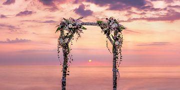 Bloemboog op het strand aan de Oostzee met prachtige bloemboog op berkenstammen van een strandbruilo van Voss Fine Art Fotografie