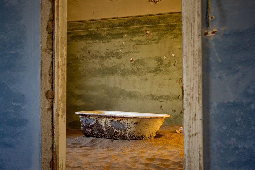 Badkuip in Kolmanskop, Namibië van Menso van Westrhenen