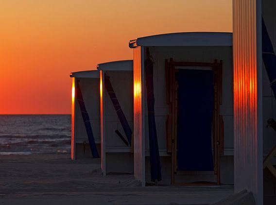 strandhuisjes voor de zonsondergang van Dirk van Egmond