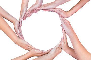 Veel armen van kinderen met handen die cirkel vormen van