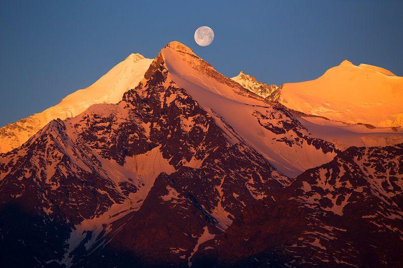 Volle maan boven Weisshorn, Brunegghorn en Bishorn van Menno Boermans